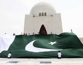 largest-pakistani-flag-for-august-14-316x248